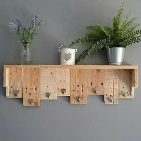 36. Você pode fazer um porta chaves com algumas ripas de madeira e ganchos. Foto: Hobbies My Life