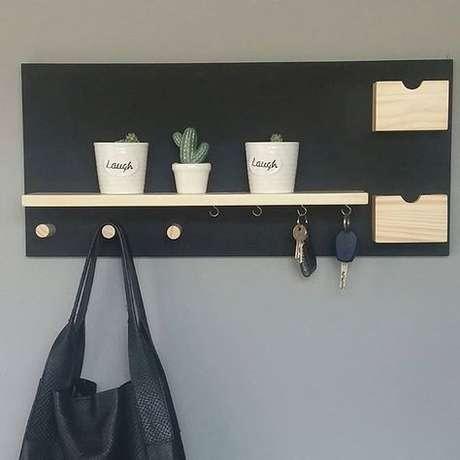 38. Alguns modelos de porta chaves possuem suporte para pendurar bolsas. Foto: Meu Móvel de Madeira