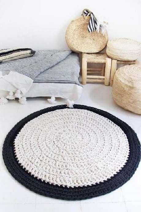 20. Quarto com decoração clean conta com tapete preto e branco de crochê. Fonte: Pinterest