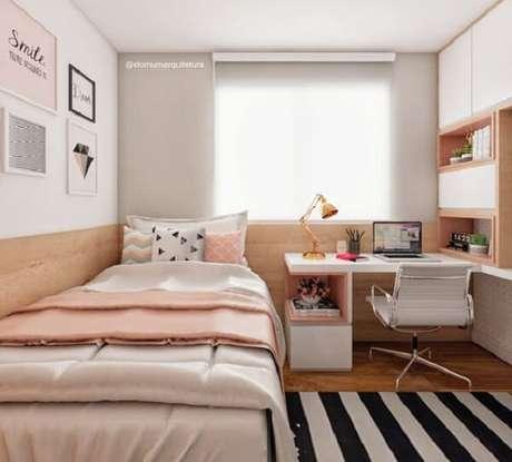 21. Quarto com tapete preto e branco listrado e cadeira de couro branco. Fonte: Revista Viva Decora