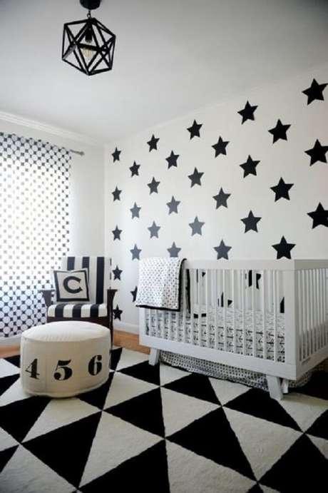 63. Quarto de bebê com tapete preto e branco geométrico. Fonte: Pinterest