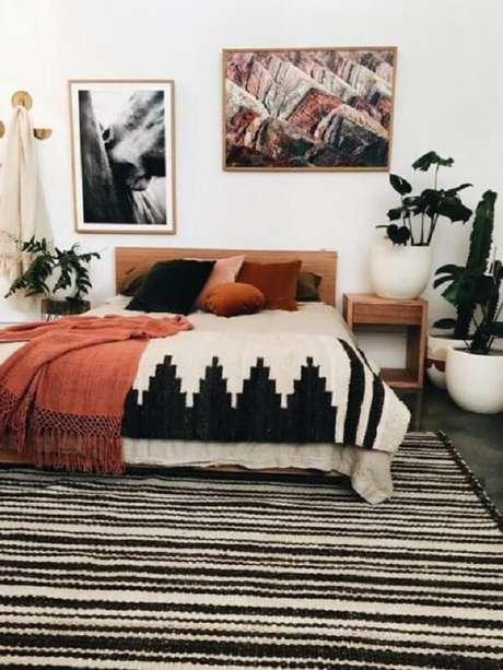 64. Quarto de casal com tapete preto e branco listrado. Fonte: Pinterest