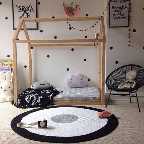 22. Quarto montessoriano com tapete preto e branco de crochê. Fonte: The Holk