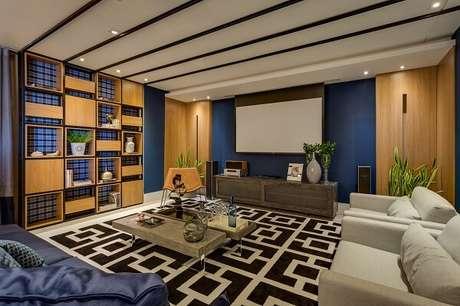 23. Sala de estar ampla com nichos e tapete preto e branco. Projeto por Inove Design