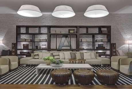 3. Sala de estar ampla com tapete listrado preto e branco gigante. Projeto por Renata Basques