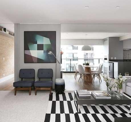 72. Sala de estar clean com tapete preto e branco listrado. Fonte: Pinterest