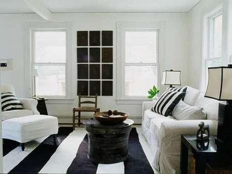 52. Sala de estar clena com tapete preto e branco listrado. Fonte: Pinterest