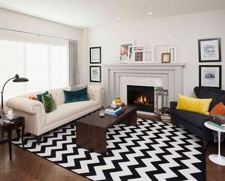 7. Sala de estar com lareira e tapete preto e branco chevron. Fonte Conexão Decor