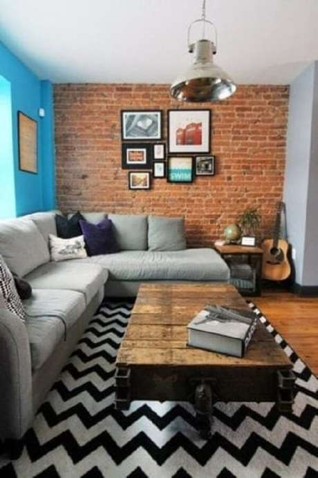 26. Sala de estar com parede tijolinho e tapete preto e branco chevron. Fonte: Pinterest