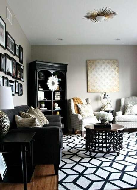 28. Sala de estar com tapete preto e branco geométrico e lustre dourado. Fonte: Pinterest