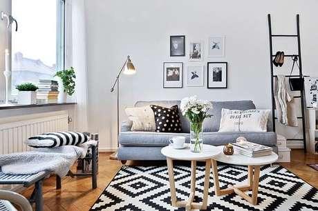 54. Sala de estar com tapete preto e branco geométrico. Fonte: Pinterest