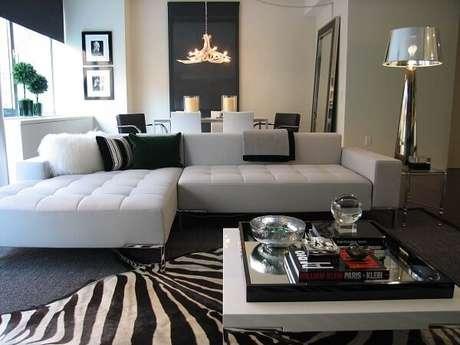 9. Sala de estar minimalista com tapete preto e branco animal print. Fonte: Pinterest