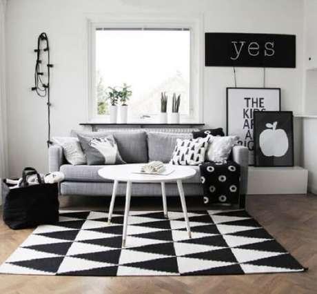 66. Sala de estar minimalista com tapete preto e branco. Fonte: Pinterest