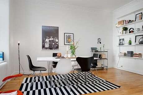 33. Sala de jantar clássica com tapete preto e branco. Fonte: Pinterest