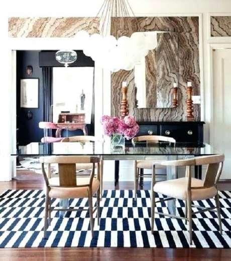 34. Sala de jantar com mesa de vidro e tapete preto e branco listrado. Fonte: Pinterest