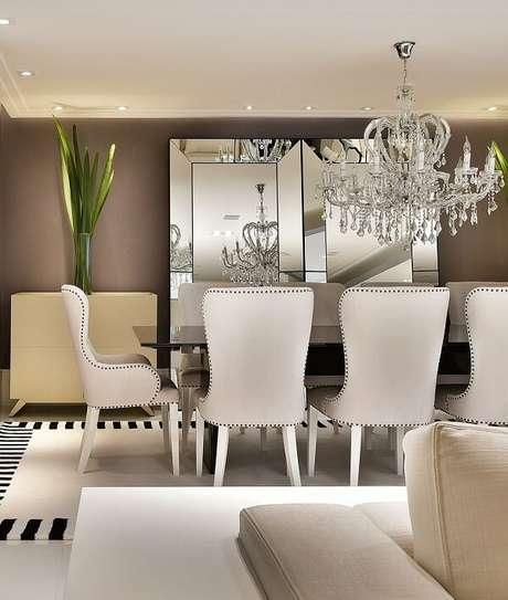 35. Sala de jantar conta com tapete preto e branco. Projeto por Tetriz Arquitetura e Interiores