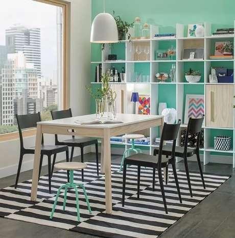 67. Sala de jantar descontraída com tapete preto e branco listrado. Fonte: Pinterest