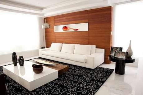 2. Sala de tv com tapete preto e branco estampado. Projeto por Flavia Campos