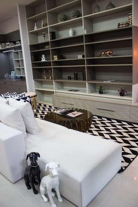 36. Tapete para sala preto e branco e chaise. Fonte: Lojas Atua Prime