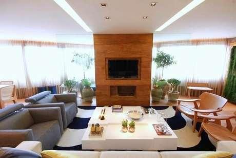 38. Sala de estar ampla com tapete preto e branco. Projeto por MeyerCortez Arquitetura & Design