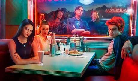 Riverdale:  Essa só entra no catálogo da Netflix no finzinho do Carnaval - dia 13 - mas dá para assistir tudinho em um dia! Corre! Riverdale traz os personagens Archie (KJ Apa), Betty (Lili Reinhart), Veronica (Camila Mendes), Jughead Jones (Cole Sprouse), Josie (Ashleigh Murray) e seus amigos, explorando o surrealismo de uma pequena cidade e seus curiosos habitantes. A história começa quando a cidade se recupera de uma trágica perda, o que leva Archie a pensar mais seriamente a respeito de seu futuro. Com isto, ele embarca em uma jornada em busca de realizar o seu sonho de tornar um grande músico; mas cumprir essa missão não será nada fácil, enquanto Archie ainda precisa lidar com sua agitada vida amorosa, dividido entre Betty e Veronica