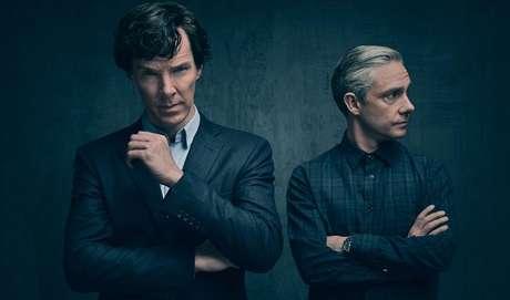 Sherlock:  Para os amantes de séries britânicas, Sherlock é a melhor pedida. Os episódios são um pouco longos, mas você vai se apaixonar por Sherlock e Watson! <3 Na trama, o dr. John Watson precisa de um lugar para morar em Londres. Ele é apresentado ao detetive Sherlock Holmes e os dois acabam desenvolvendo uma parceria intrigante, na qual a dupla vagará pela capital inglesa solucionando assassinatos e outros crimes brutais. Tudo isso em pleno século XXI