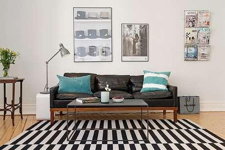 39. Sofá de couro e tapete preto e branco listrado. Fonte: Limão na Água