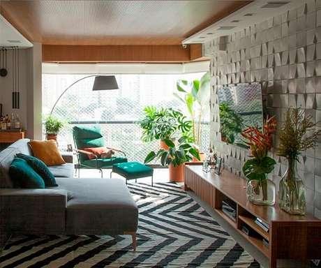 41. Tapete preto e branco chevron e almofadas coloridas encantam a decoração do ambiente. Fonte: Revista USE