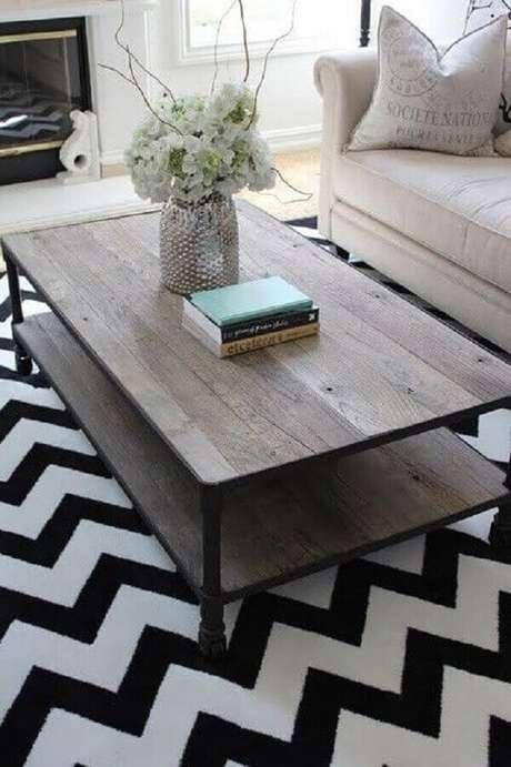 42. Tapete preto e branco chevron para sala de estar. Fonte: Pinterest
