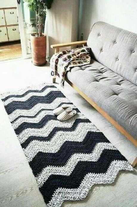 43. Tapete preto e branco chevron pequeno para sala. Fonte: Pinterest