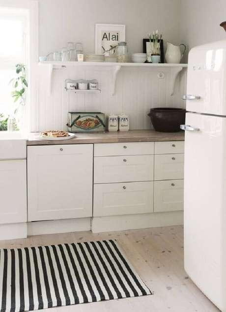 56. Tapete preto e branco listrado posicionado em frente a bancada da cozinha. Fonte: Our Cone Zone