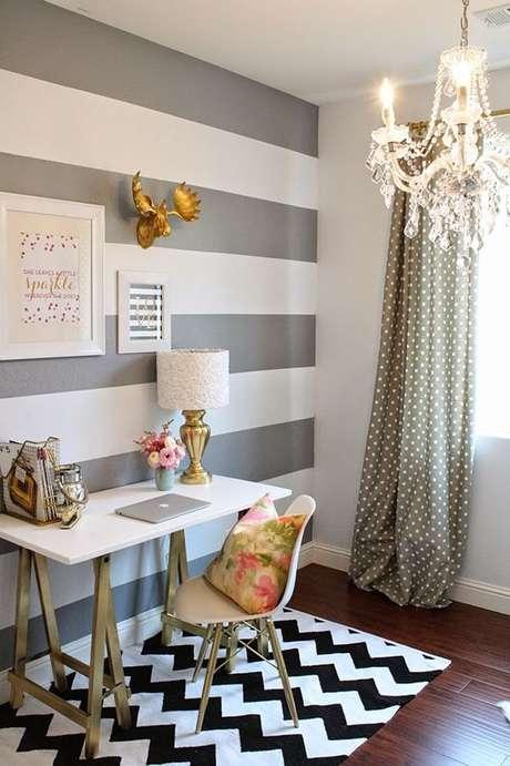 46. Tapete preto e branco chevron para a área da escrivaninha. Fonte: Pinterest