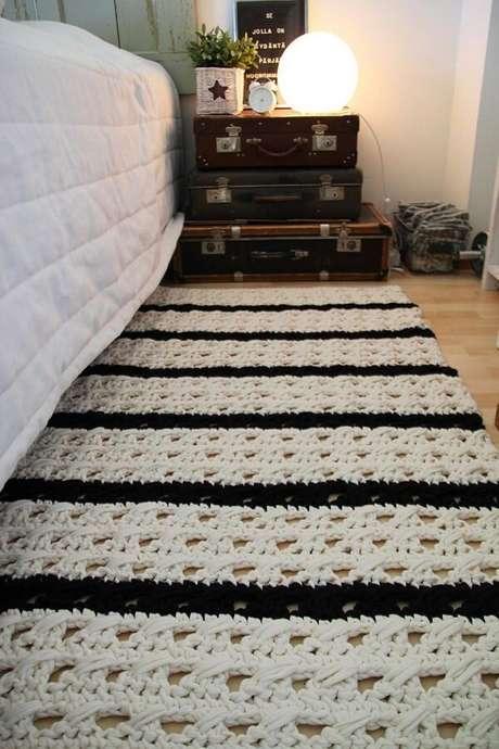 57. Tapete preto e branco de crochê para o quarto. Fonte: Decor Fácil