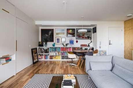47. Tapete preto e branco estampado para sala de estar. Projeto por INÁ Arquitetura