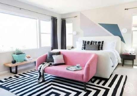 68. Tapete preto e branco geométrico se tornou o protagonista do ambiente. Fonte: Pinterest