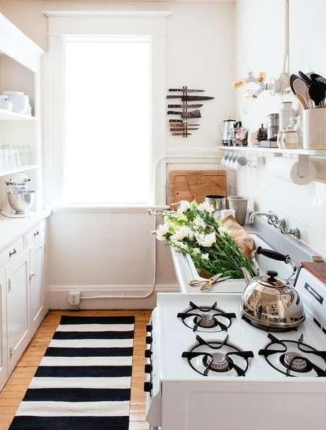 49. Tapete preto e branco listrado para a área da cozinha. Fonte: Pinterest
