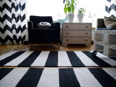 50. Tapete preto e branco listrado sobre o piso de madeira. Fonte: Pinterest