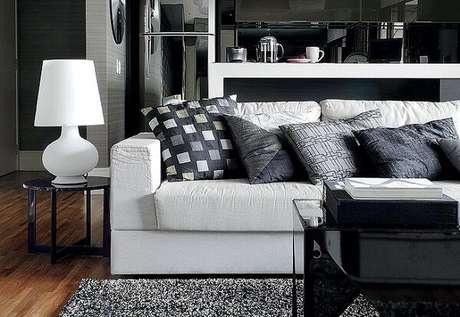 61. Tapete preto e branco peludo para sala de estar. Fonte: Pinterest