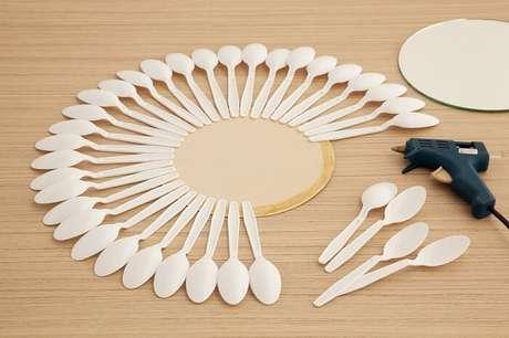 10. Como fazer moldura para espelho com colheres de plástico. Fonte: Pinterest