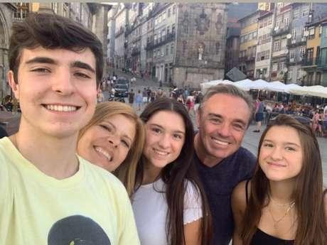 Gugu Liberato apareceu em foto com os filhos e a mulher durante viagem de férias