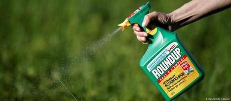 Glifosato é usado para matar ervas daninhas; produto foi apontado como cancerígeno em estudos