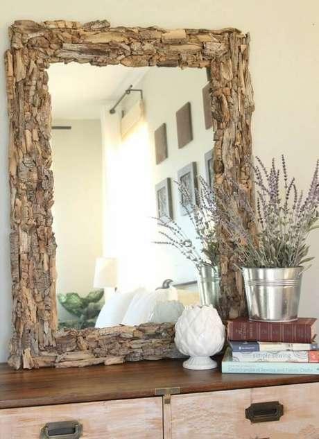 22. Moldura para espelho feita em madeira. Fonte: Pinterest