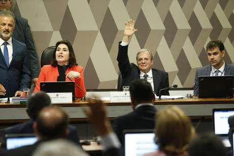 O relator da reforma da Previdência no Senado, Tasso Jereissati (PSDB-CE), ao lado da a senadora Simone Tebet, presidente da Comissão de Constituição e Justiça (CCJ).