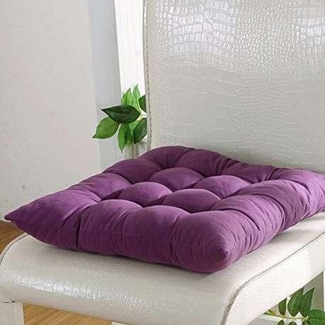 46. Almofada para cadeira roxa na mesa de jantar – Por: Amazon