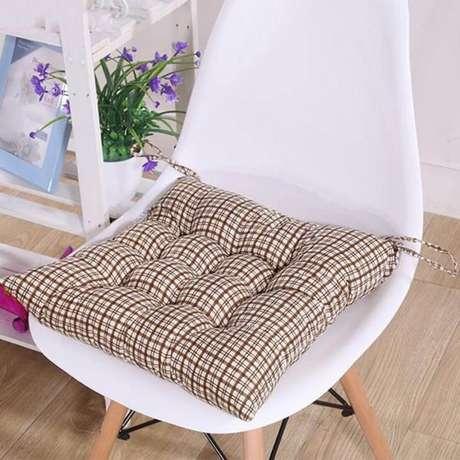 47. Almofada para assento de cadeira com estampa – Por: Pinterest