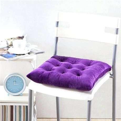 8. A almofada para cadeira roxa destaca a decoração da cozinha – Por>: Delonia