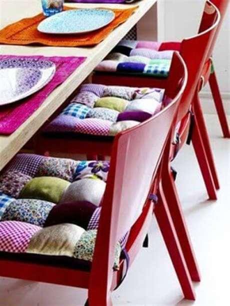 12. Quem gosta de cores pode investir na almofada para cadeira de cozinha – Por: Pinterest
