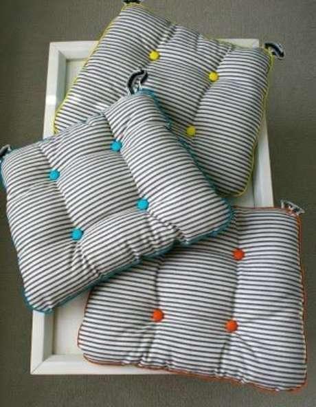 14. Almofada para cadeira com diferentes cores para usar na cadeira sempre que quiser – Por: Artesanal Total