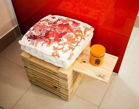 16. Almofada para cadeira de pallets combinando com a parede vermelha – Por: Priscila Imaizumi