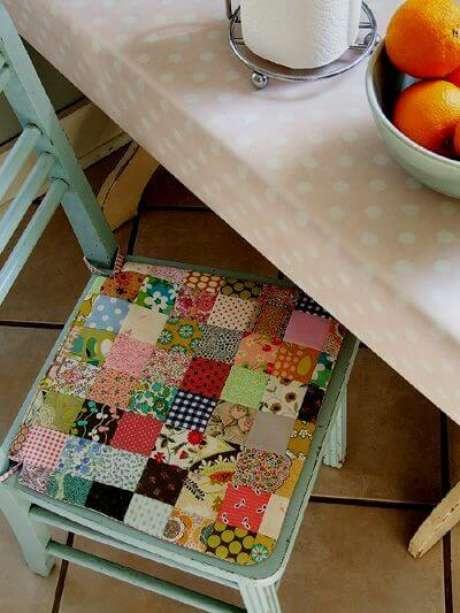 2. Almofada para cadeira feita de patchwork – Por: Pinterest